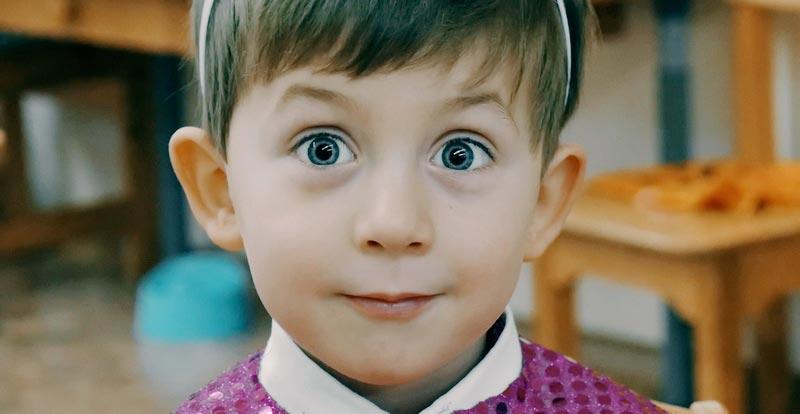 Удивленный мальчик в детском саду