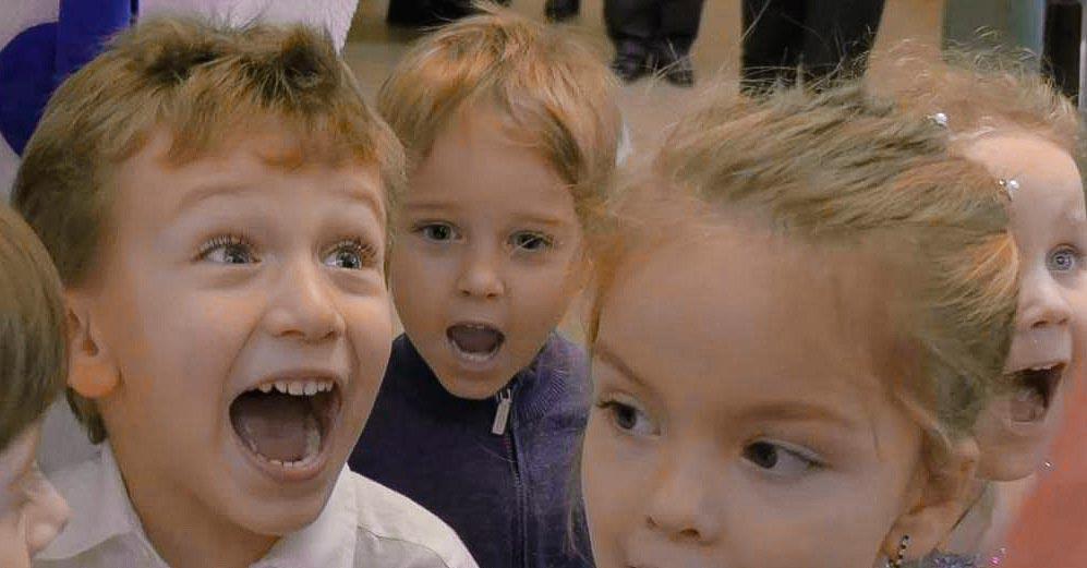 Дети радуются на дне рождения