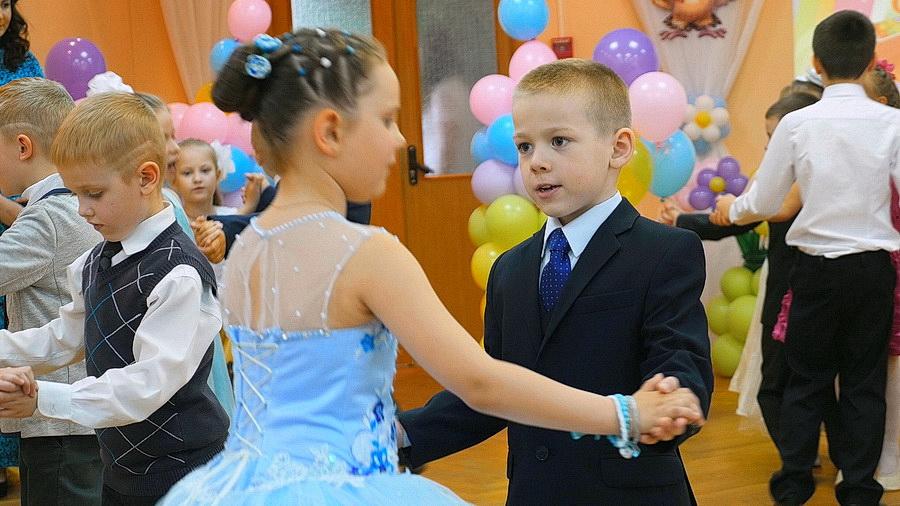 Дети танцуют на выпускном бале
